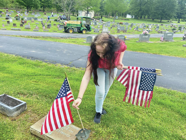Vets gravesites honored with American flags