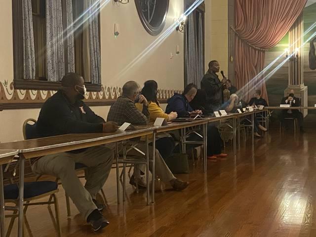 La communauté se réunit pour une discussion à la mairie